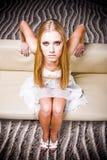Femme posant sur le sofa Photo libre de droits
