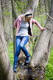 femme posant sur le tronçon d'arbre Image libre de droits