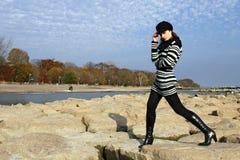 Femme posant sur les roches images stock