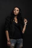 femme posant sur un fond noir Photographie stock libre de droits