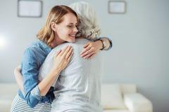 Femme positive embrassant avec sa mère Photo libre de droits