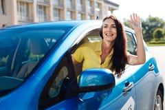 Femme positive joyeuse saluant son ami Photo libre de droits