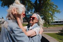 Femme positive joyeuse tenant ses cheveux de maris Photo libre de droits