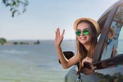 Femme positive s'asseyant dans la voiture Photo libre de droits