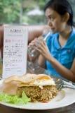 femme potable de déjeuner Image stock