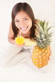 Femme potable de jus de fruit d'ananas Photos stock