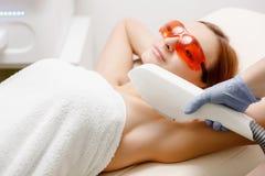 Femme pour les aisselles de traitement d'épilation de laser Soin de processus de corps Santé et beauté images libres de droits