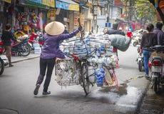 Femme poussant la bicyclette avec des articles, Vietnam Photographie stock libre de droits