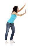 Femme poussant quelque chose imaginaire Photos stock