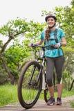 Femme poussant son vélo photos stock