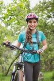 Femme poussant son vélo photo libre de droits