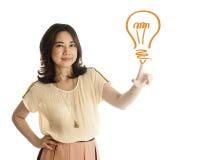 Femme poussant sur un retrait d'ampoule Photos stock