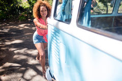 Femme poussant un campervan photographie stock