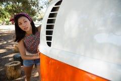 Femme poussant un camping-car en parc photos libres de droits