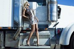 Femme près de camion photographie stock libre de droits
