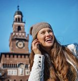 Femme près de château de Sforza à Milan parlant du téléphone portable Image libre de droits