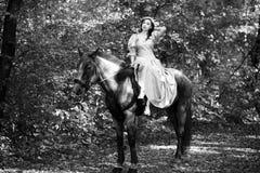 Femme près de cheval Image stock