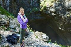 Femme près de la caverne Image stock