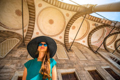 Femme près de la mosquée bleue à Istanbul Photographie stock libre de droits