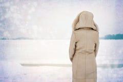 Femme près de la rivière congelée en hiver Photographie stock