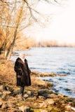 Femme près de la rivière en hiver Image stock