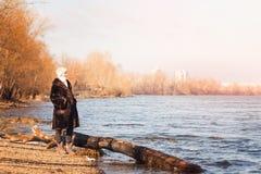 Femme près de la rivière en hiver Photographie stock