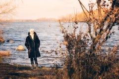 Femme près de la rivière en hiver Image libre de droits