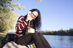 Femme près de la rivière parlant par le téléphone Images libres de droits