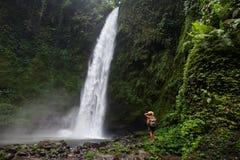 Femme près de Nung Nung waterfal sur Bali, Indonésie image libre de droits