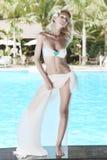 Femme près de piscine Photographie stock libre de droits
