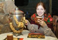 Femme près de samovar russe traditionnel images libres de droits