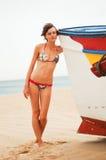 Femme près du bateau Photos libres de droits