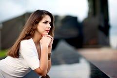Femme près du mur Image stock