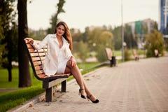 Femme près du mur Photo stock