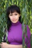 Femme près du saule photographie stock libre de droits