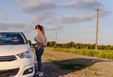 Femme précisant la manière à un conducteur femelle Photographie stock
