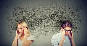 Femme préoccupée et homme soucieux de couples regardant à partir de l'un l'autre échangeant avec beaucoup de pensées négatives photos libres de droits