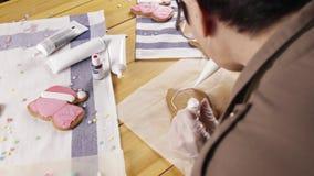 Femme préparant des biscuits de pain d'épice pour Noël banque de vidéos