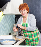 Femme préparant des pâtes avec du fromage Photo libre de droits