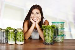 Femme préparant des repas photographie stock libre de droits