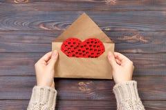 Femme préparant l'enveloppe faite main pour s'envelopper le jour du ` s de Valentine Concept de Saint Valentin avec le copyspace images stock