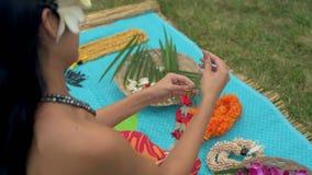 Femme préparant la guirlande dans le jardin 4k banque de vidéos