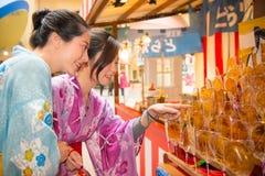Femme préparant la lucette de choix de kimono Photos stock