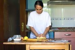 Femme préparant la pâte à la maison image stock