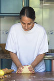 Femme préparant la pâte à la maison images libres de droits