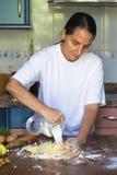 Femme préparant la pâte à la maison Photographie stock