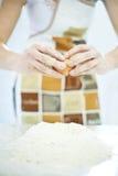 Femme préparant la pâte de pâtes Photos libres de droits