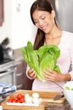 Femme préparant la salade Image stock