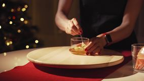 Femme préparant la sauce du miel et la moutarde pour l'oie de Noël clips vidéos