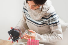 Femme préparant la surprise pour son mari ou ami Image libre de droits